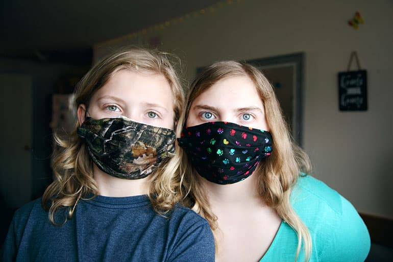 Мама с дочкой в масках