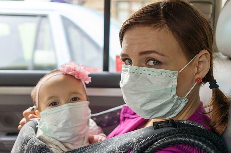 Мама с ребёнком в масках