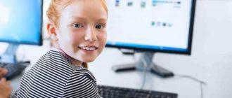 Девочка за компьютером в лагере