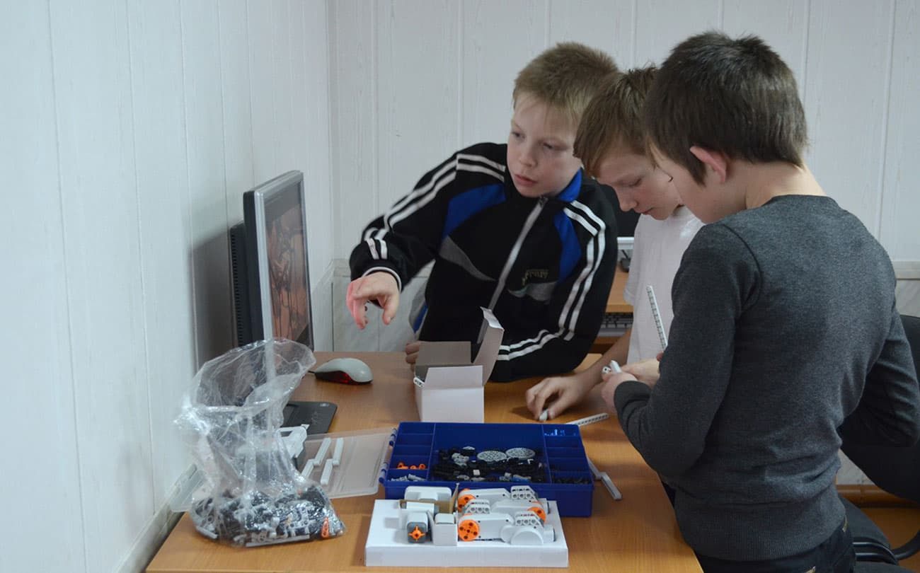 На кружке по робототехнике в сельской школе