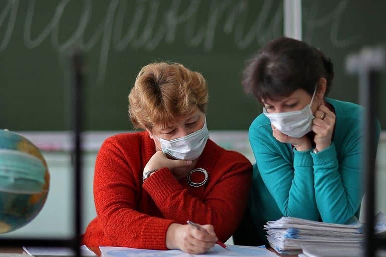 Школа. Учителя в масках