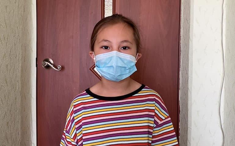Дочь сельского учителя в маске