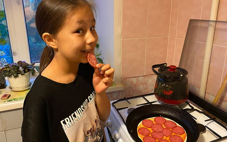 Дочка сельского учителя готовит пиццу